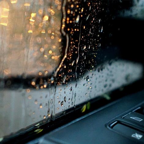 Membersihkan mobil setelah terkena hujan - Toko Mobil